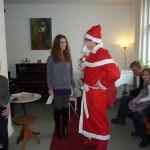 Musiklehrerin Marina presentiert ihre Schüler dem Weihnachtsmann
