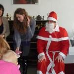 Der Weihnachtsmann verteilt die Geschenke